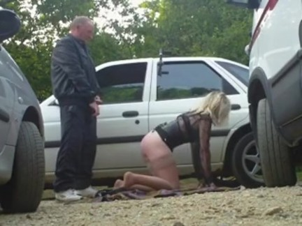 Couple libertin qui s'exhibe en voiture, madame se fait caresser