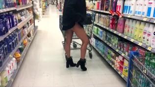 Très jolie libertine qui s'exhibe au supermarché Walmart